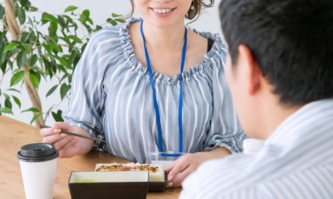 同僚とお弁当を食べるOL